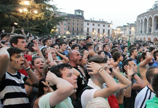 la finale del campionato europeo di calcio vista su di  un maxischermo in  piazza Bra  , Verona foto Sartori Fotoland