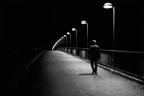La condanna dell'indifferenza e della solitudine